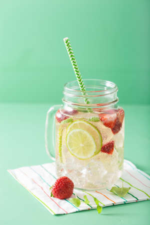 refreshing summer lemonade with strawberry and lime in mason jar Stok Fotoğraf - 84549182