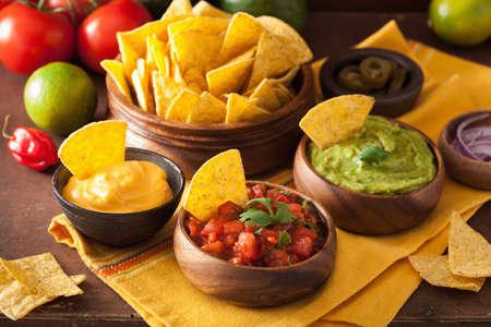 Mexicaanse nacho's met guacamole, salsa en kaasdip Stockfoto