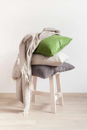 회색과 녹색 쿠션 아늑한 집