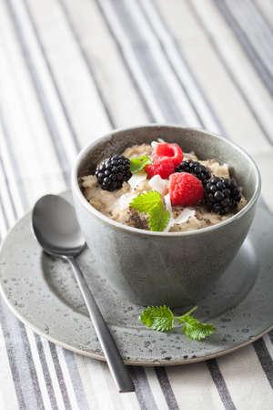 ラズベリー ブラックベリーと健康的な朝食オートミールのお粥