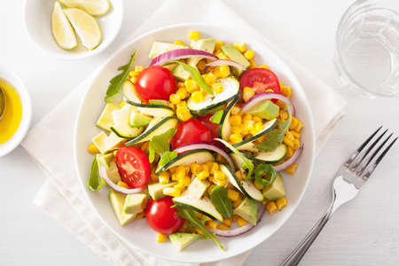 sweetcorn 토마토와 spiralized 애호박 샐러드 아보카도, 건강한 채식주의 식사