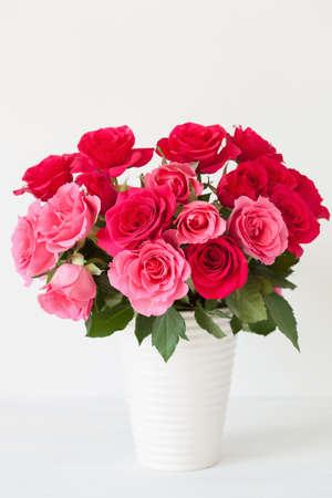 흰색 위에 꽃병에 아름 다운 붉은 장미 꽃 꽃다발 스톡 콘텐츠