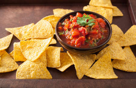 mexican salsa dip and nachos tortilla chips Standard-Bild