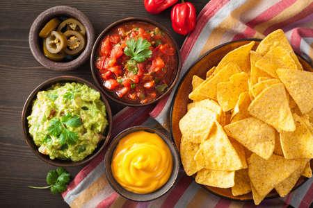 グアカモーレ、サルサ、チーズディップのメキシコナチョストルティーヤチップス 写真素材 - 93063641