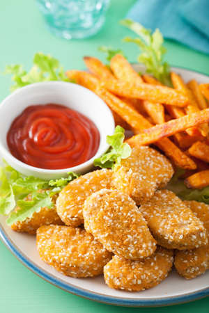 vegan soy nuggets and sweet potato fries healthy meal Archivio Fotografico