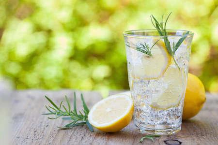 rinfrescante bevanda limonata con rosmarino in bicchieri