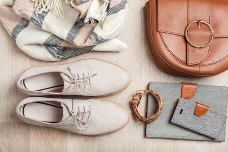 Zapatos planos para mujer, bufanda, pulsera, bolso, tableta, teléfono inteligente. Blog de moda, ropa, compras Foto de archivo - 103124495