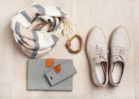 plat lag kleding voor dames schoenen, sjaal, armband, tablet, smartphone. Modeblog, kleding, winkelen