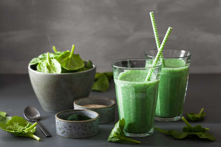 green spinach smoothie with spirulina, chia seed, lime, apple Foto de archivo - 103993499