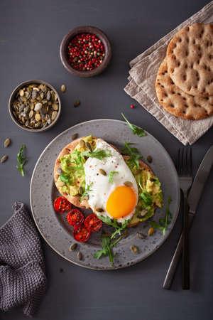 breakfast avocado sandwich with fried egg and tomato Foto de archivo