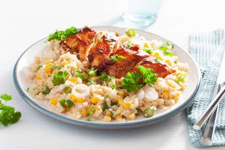 Pollo asado a la barbacoa con cebolla de quinua y maíz dulce, almuerzo saludable