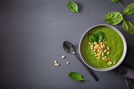grüne cremige Blumenkohl-Spinat-Suppe auf grauem Hintergrund