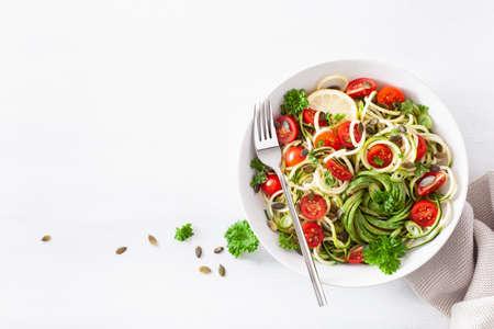 Salade végétalienne de courgettes spiralées cétogènes avec des graines de citrouille à l'avocat et à la tomate