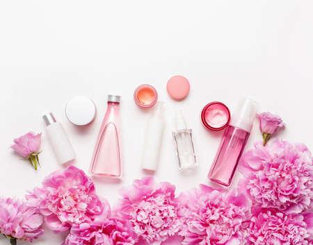 Bad und Spa flach legen, Pfingstrosenblüten Hautpflegeprodukte Standard-Bild