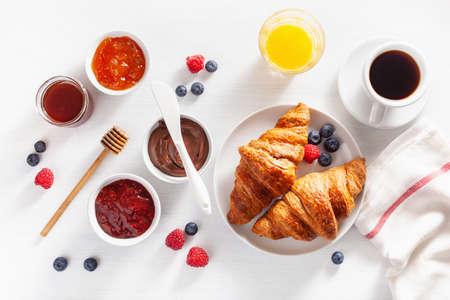 Colazione continentale con croissant, marmellata, cioccolato da spalmare e caffè. Vista dall'alto Archivio Fotografico