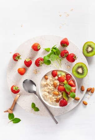 gesundes Frühstück Haferbrei, Erdbeere, Nüsse. Draufsicht