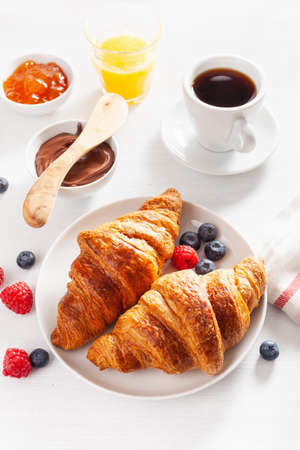 Continental breakfast with croissant, jam, chocolate spread and coffee Banque d'images - 123293147
