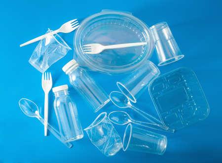 Bottiglie, bicchieri, forchette, cucchiai di plastica monouso. concetto di riciclaggio di plastica, rifiuti di plastica Archivio Fotografico