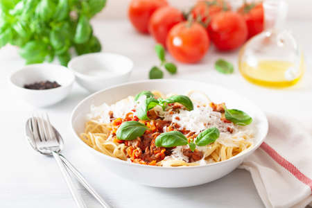 spaghetti bolognese with basil and parmesan, italian pasta Фото со стока - 126340915