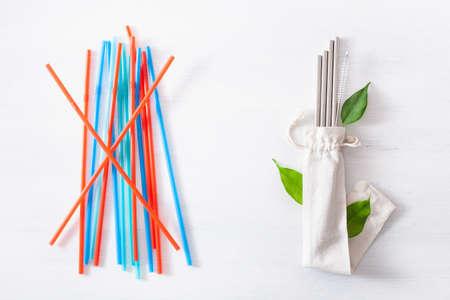 cannuccia ecologica in plastica monouso e metallo riutilizzabile. concetto di rifiuti zero