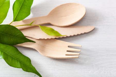 ekologiczne drewniane sztućce. koncepcja wolna od plastiku