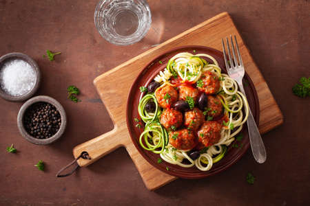 keto paleo noodles zucchini noodles with meatballs and olives 免版税图像