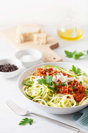 keto paleo noodles bolognese: zucchini noodles with meat sauce and parmesan Фото со стока - 127772981