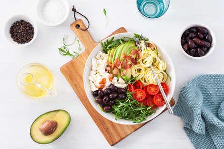 lunch bowl chetogenico: zucchine a spirale con avocado, pomodoro, feta, olive, bacon