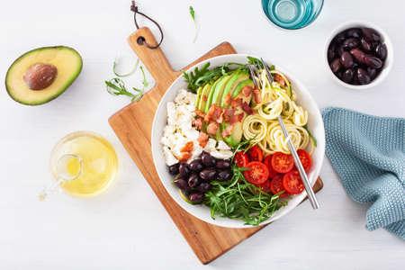 lunch bowl cétogène : courgette en spirale avec avocat, tomate, feta, olives, bacon