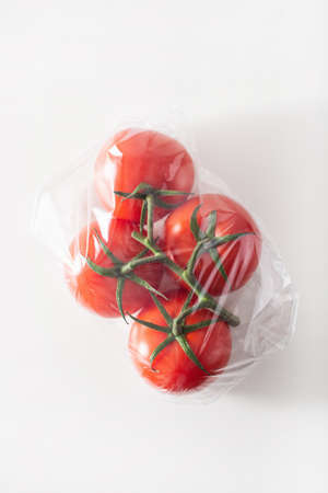 problema di imballaggi in plastica monouso. Pomodori verdure in sacchetto di plastica