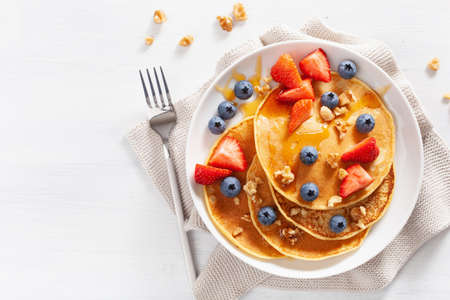pancakes with blueberry strawberry honey and nuts for breakfast Imagens - 132878169