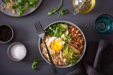 miska z komosą ryżową z jajkiem, awokado, ogórkiem, soczewicą. Zdrowy wegetariański lunch