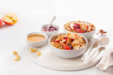 Miska z masłem orzechowym z quinoa z dżemem i orzechami nerkowca na zdrowe śniadanie