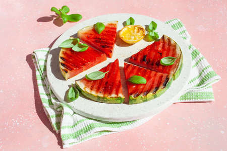 grilled watermelon slices with lemon and basil. summer dessert Imagens - 150124211