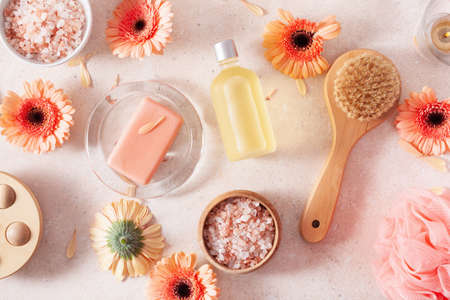 bath and body care products and daisy flowers. natural cosmetics for home spa treatment Standard-Bild