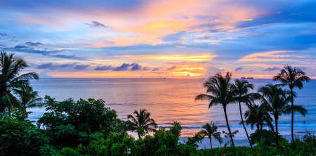 穏やかな熱帯の海の夕日