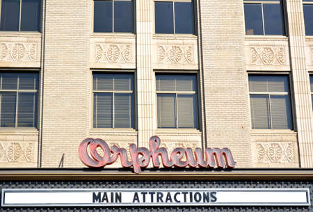 スー族都市、アイオワ州のダウンタウンのオーフィウム劇場