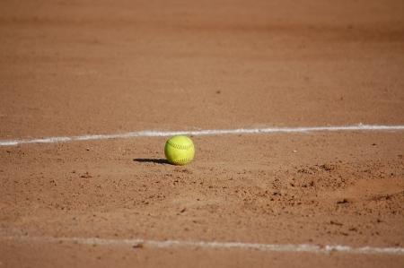 softball: la bola amarilla Foto de archivo