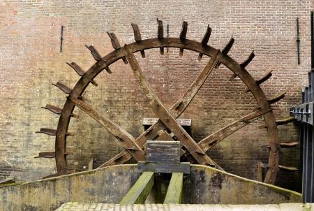molino de agua: Rueda dentada conducir el molino de agua en el castillo de Hackfort en los Pa�ses Bajos