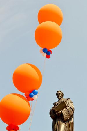 hugo: NEDERLAND-DELFT-30 APRIL 2011  Hugo Grotius is versierd met ballonnen op Koninginnedag in Delft