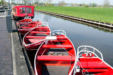 noiseless: NETHERLANDS - GIETHOORN - CIRCA  APRIL 2014  Noiseless boats are docked at the wharf