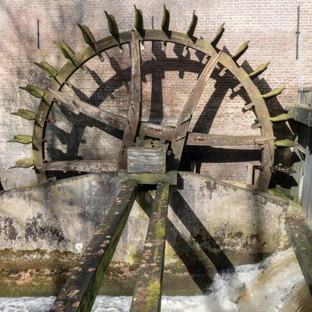 molino de agua: Rueda dentada de accionamiento del molino de agua en el castillo de Hackfort en los Pa�ses Bajos.