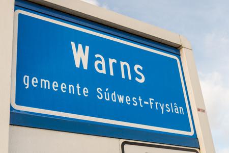 NIEDERLANDE - WARNS - MEDIO Februar 2016: Warnt Ortsnamen, ein Dorf in Süd-West-Friesland, Niederlande.