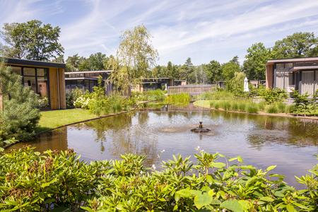 NEDERLAND - OTTERLO - JULI 19, 2017: Vakantiebungalowwen op landgoed DE Scheleberg in Otterlo, Nederland. Redactioneel