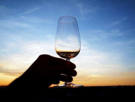 vaso vacio: Un vaso vac�o de vino al atardecer