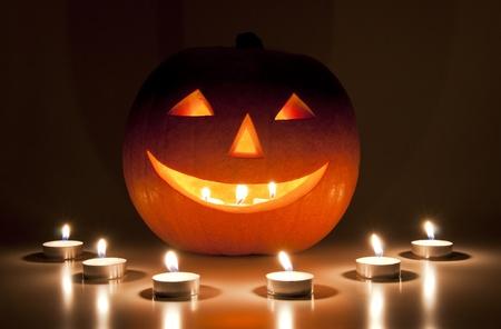 carving pumpkin: Velas y linternas de Halloween Foto de archivo