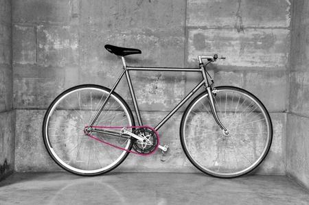 clavados: Vintage bicicleta de piñón fijo con una cadena de color rosa