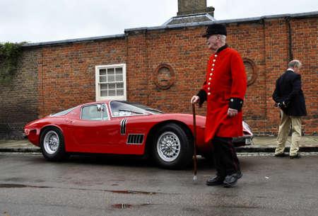 gt: LONDRA - SETTEMBRE 04: Un Bizzarrini 5300 GT Strada a AutoLegends Chelsea, il 4 settembre 2011 a Londra. La GT 5300 Strada � stato rilasciato nel 1966. Editoriali