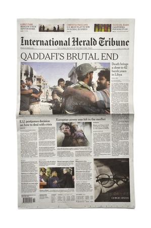 LONDON - 20. Oktober: Gaddafi Tod macht Schlagzeilen in der Presse am 20. Oktober 2011. Gaddafi war 42 Jahre Präsident von Libyen. Standard-Bild - 10950602