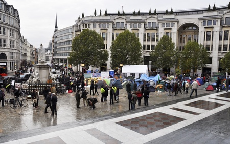 desigualdad: LONDRES - 27 DE OCTUBRE: Ocupar campamento fuera de Londres, la catedral de San Pablo el 27 de octubre de 2011 en Londres. Ocupan de Londres es una manifestaci�n pac�fica contra la desigualdad econ�mica y la injusticia social.